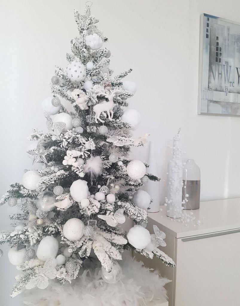 Mon arbre de Noël 2017. Encore blanc comme toujours. Je n'arrive pas à utiliser des couleurs. Je ne me sens bien que dans le blanc.