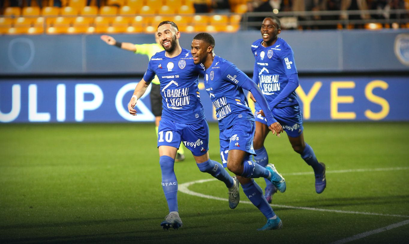 L2 Moussiti Oko Et Tchimbembe Font Trembler Les Filets Le Sm Caen Se Fait Surprendre Le Journal Du Congo Football Award