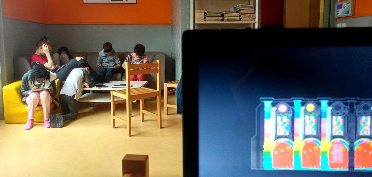 À Mouvaux, les enfants ont utilisé des tablettes pour créer une animation sur le gabarit du Pavillon Saint Sauveur