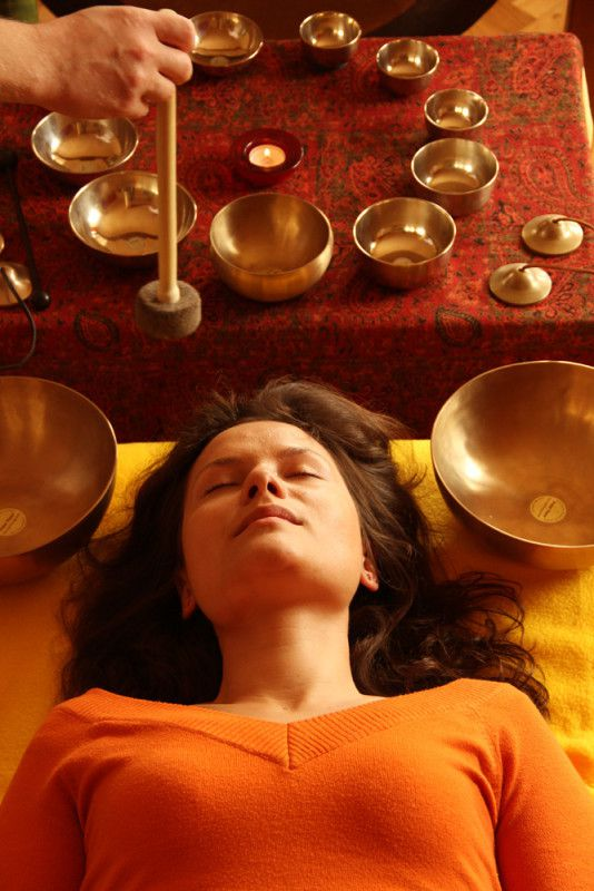 la sonothérapie avec les bols chantants (tibétains).