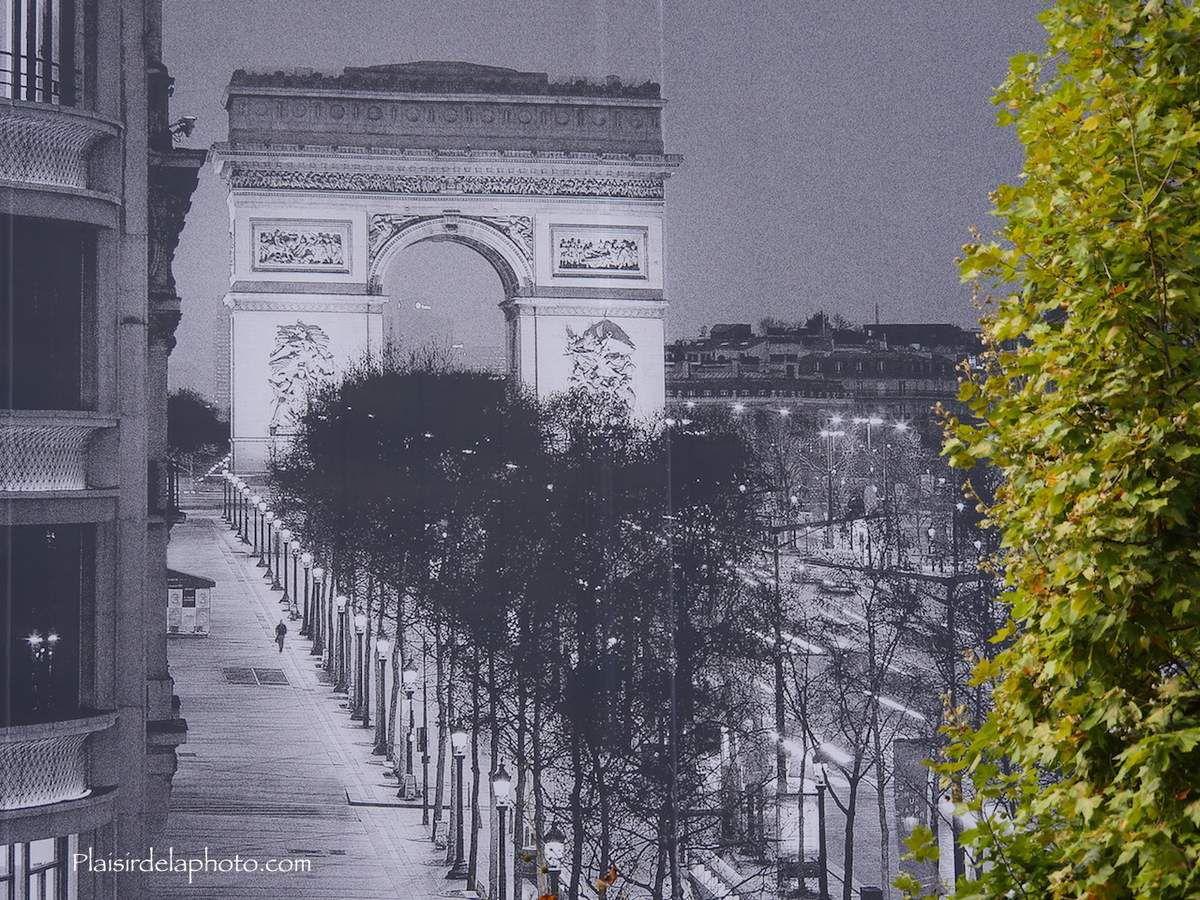 Paris - Champs-Elysées  - Arc de Triomphe - Hybride Lumix GX 8 - ISO 200; 100 mm (200 mm en 24x36); f54,5; 1/500 sec. Photo non retouchée, non recadrée, compressée.
