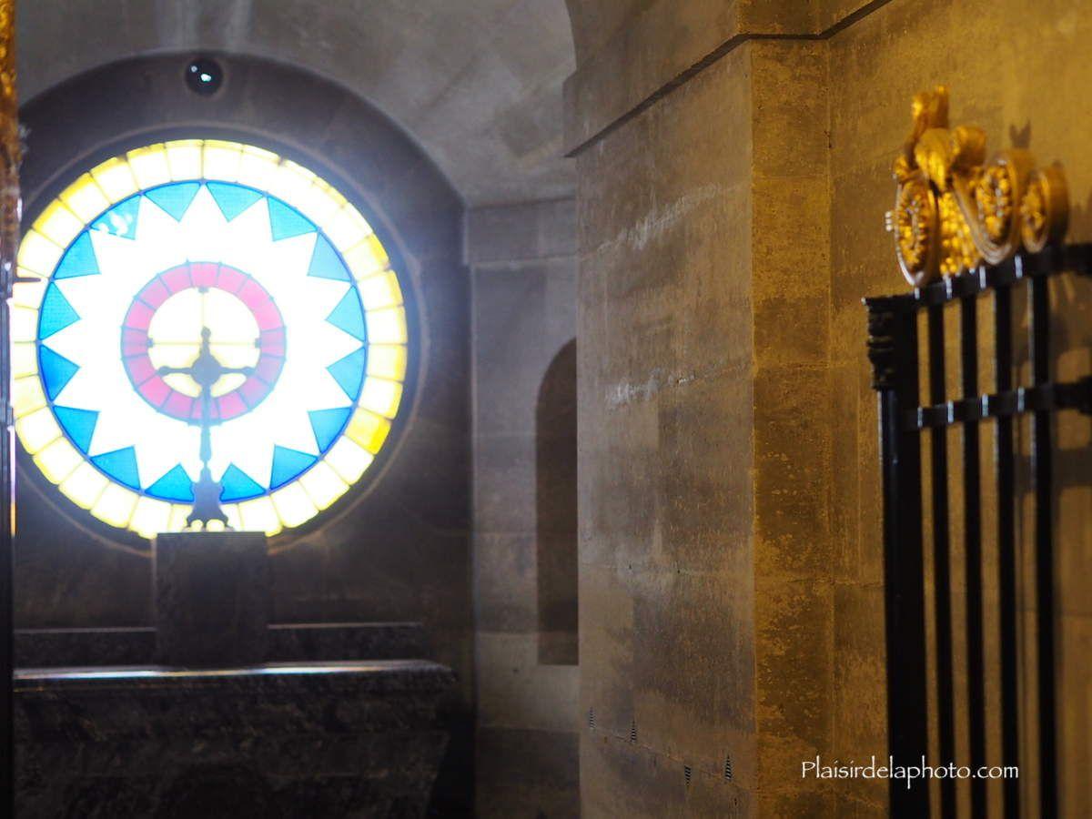 Chapelle expiatoire à Paris - Hybride Lumix GX 8 - ISO 2 000; 37 mm (74 mm en 24x36); f4,6; 1/80 sec. Photo non retouchée, non recadrée, compressée.