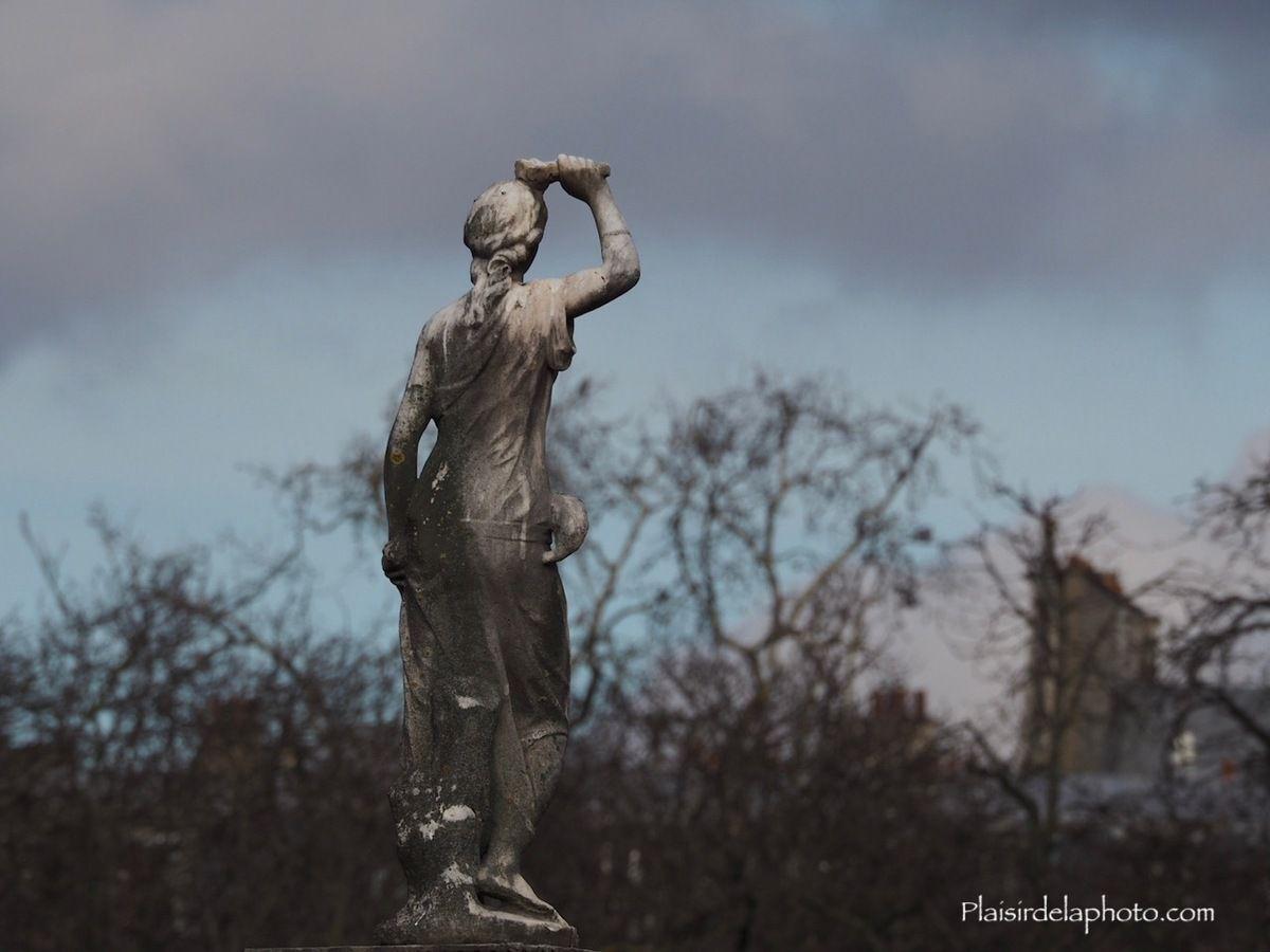 Statue Jardin du Luxembourg - Paris - Hybride Olympus E M10 Mark II - ISO 200; 252 mm (454 mm en 24x36); f9,0; 1/500 sec. Photo non retouchée, non recadrée, compressée.