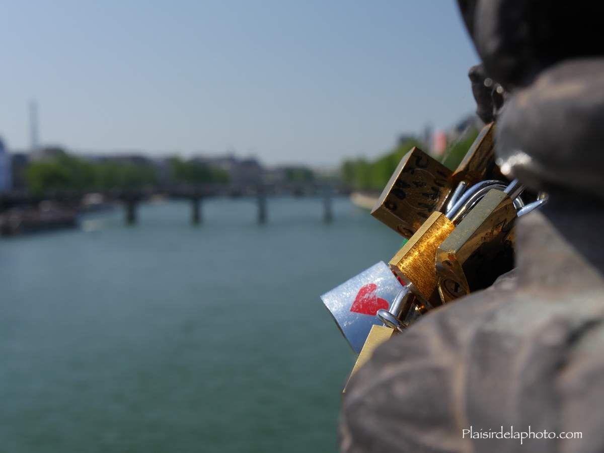 Cadenas d'amour Pont Alexandre 3 - Paris - Hybride Lumix GX 8 - ISO 200; 26 mm (52 mm en 24x36); f7,1; 1/320 sec. Photo non retouchée, non recadrée, compressée.