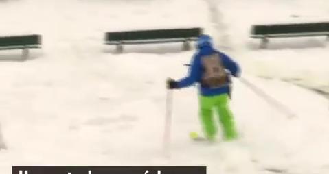 Neige et verglas : Des skieurs ont investi la butte Montmartre à Paris pour y faire du ski