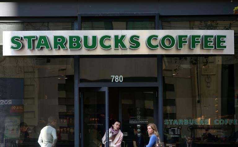 Etats-Unis : Deux hommes noirs sont arrêtés dans un café Starbucks, le patron de la chaîne s'excuse