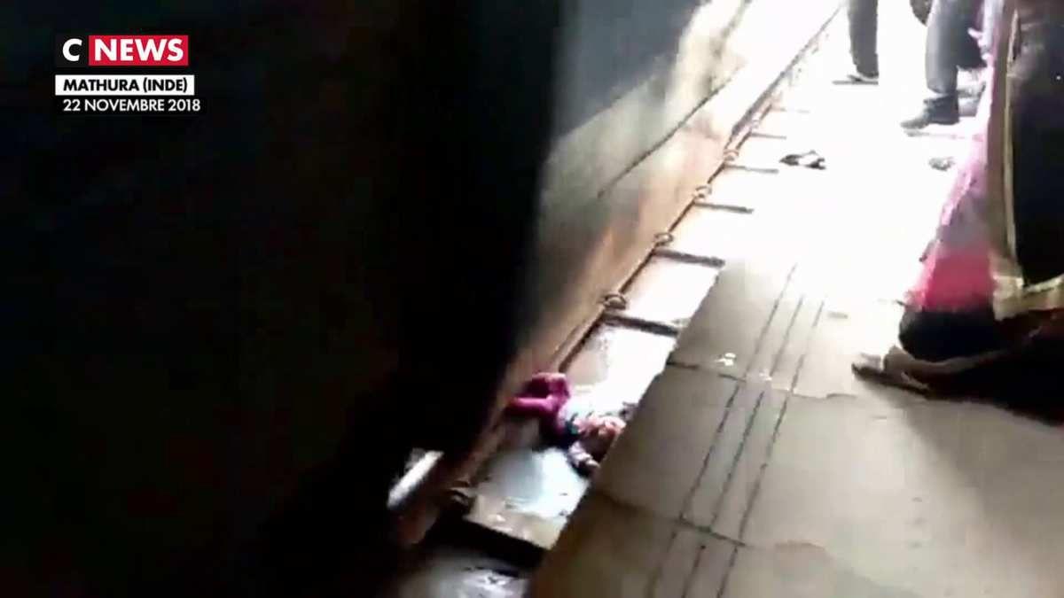 Un bébé passe sous un train en Inde