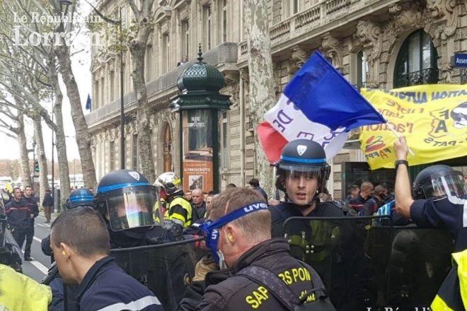 Le Fil Actu - Regardez les images surréalistes des pompiers et des forces de l'ordre qui s'affrontent en plein Paris faisant énormément réagir sur les réseaux sociaux
