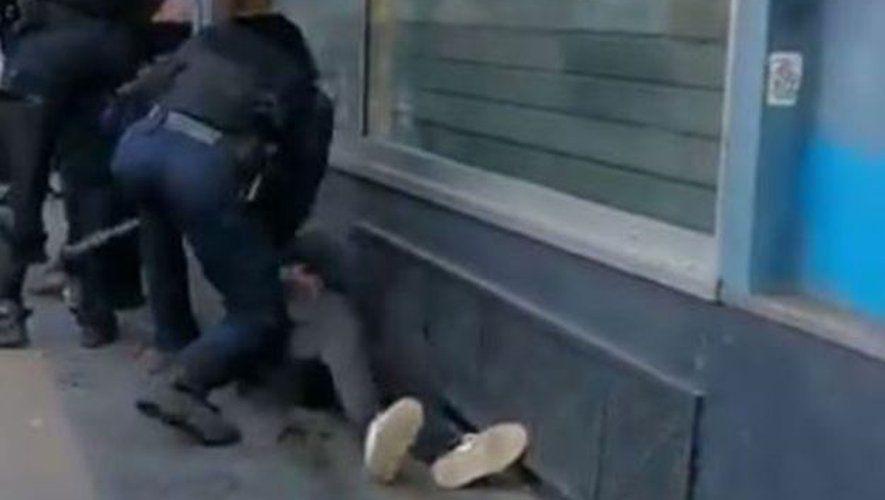 """Le Fil Actu - Manifestant frappé au sol à Paris : Trois policiers ont porté plainte pour violences volontaires contre l'individu - Il aurait craché volontairement du sang dans la bouche du policier en criant : """"Tu vas crever, je suis séropositif"""" (Syndicats)"""