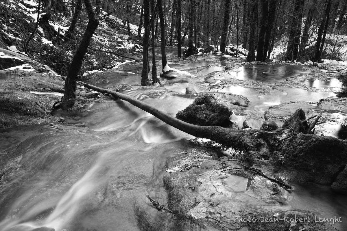 Cascade de Syratu, sur l'eau coule la glace