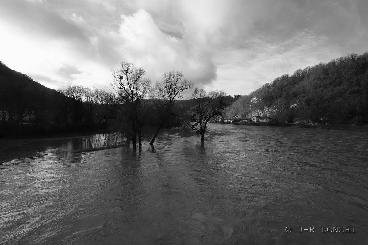 Le Doubs, vu du pont métallique qui l'enjambe à Baume Les Dames
