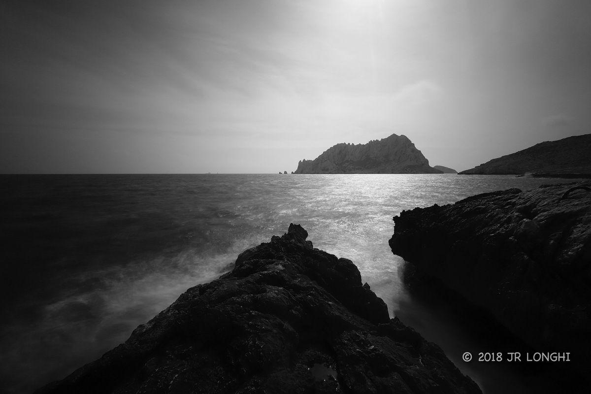 Regard sur un ailleurs, jour de gris - N°8 - Ile Maïre, vue de Callelongue, le soleil a percé les nuages - Photographie non libre de droits ©2018 Jean-Robert Longhi