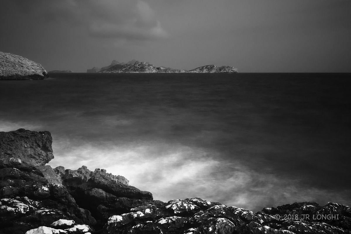 Regard sur un ailleurs, jour de gris - N°7 - Archipel de Riou, vu de Callelongue - Photographie non libre de droits ©2018 Jean-Robert Longhi