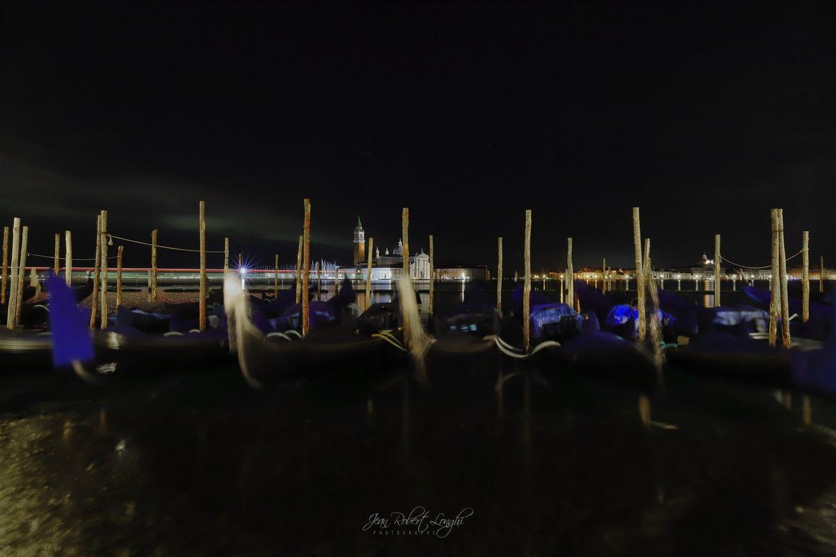 Venezia - Serenissima nell cuore della notte 13 - Gondole e S. Giorgio Maggiore ©2019 Jean-Robert Longhi Photographie non libre de droits