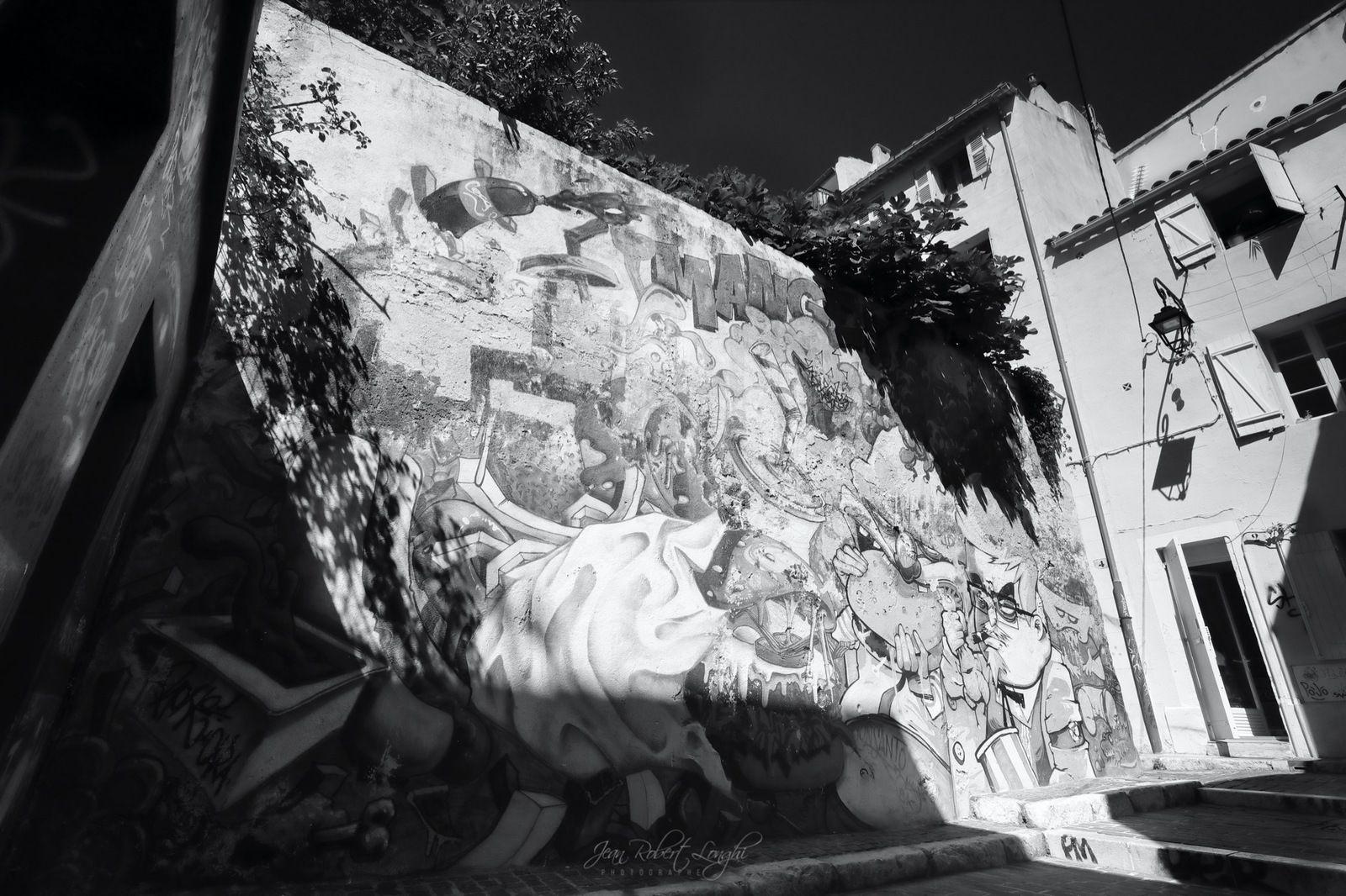 Mac.., KF... société de la mal bouffe, du capitalisme et de l'aliénation - Rue du Bouleau, pas très loin de la Vieille Charité. - Lumière du Sud - Quartier du Panier - 8  ©2020 Jean-Robert Longhi Photographie non libre de droits.