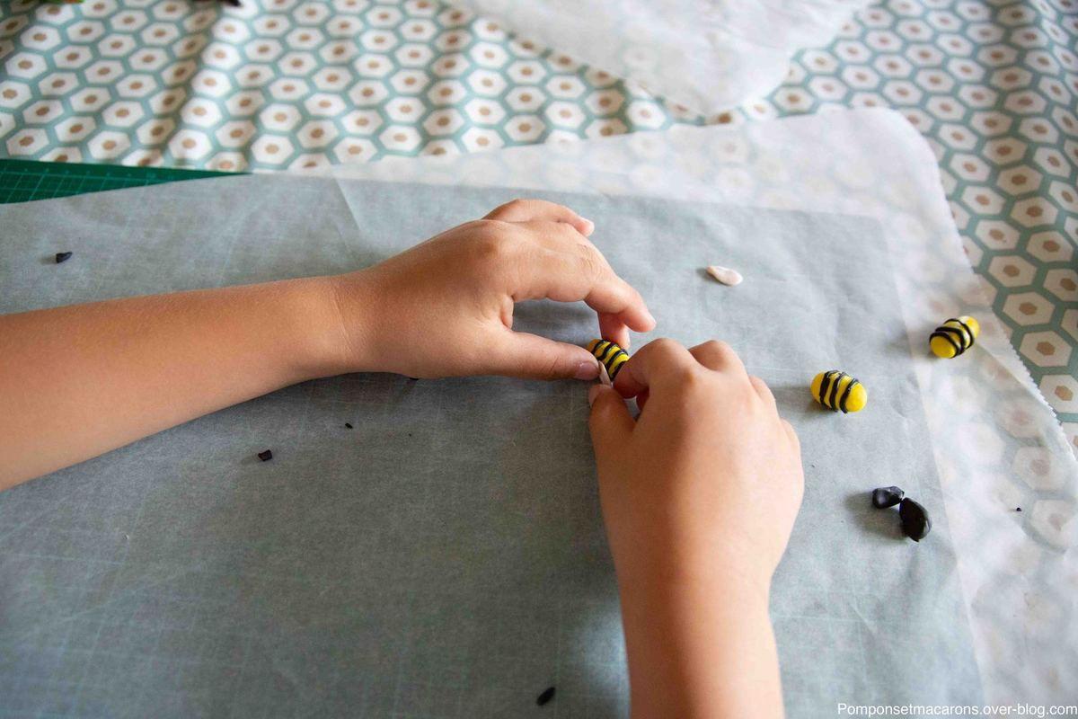 Pour les ailes, façonner des petits œufs (ici rose pâle) puis les écraser du plat du doigt, les fixer délicatement sur l'abdomen! Cuire l'ensemble au four 30 minutes à 110°.