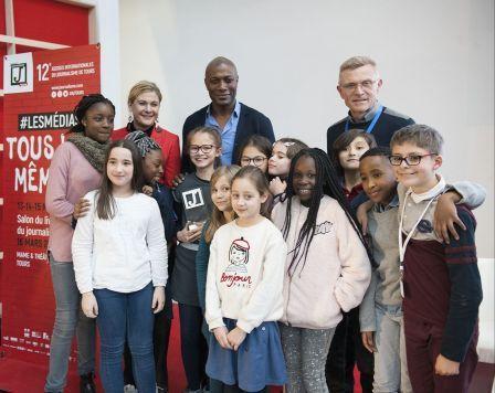les jeunes du club Presse avec Harry Roselmack et Gaëtan Després lors des Assises du journalisme 2019 à Tours