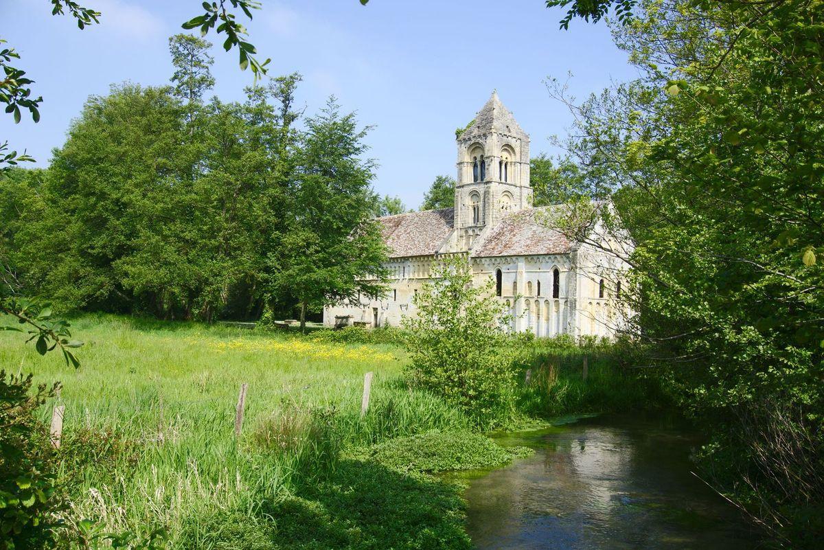 La vieille église de Thaon, calvados, dédiée à Saint-Pierre.
