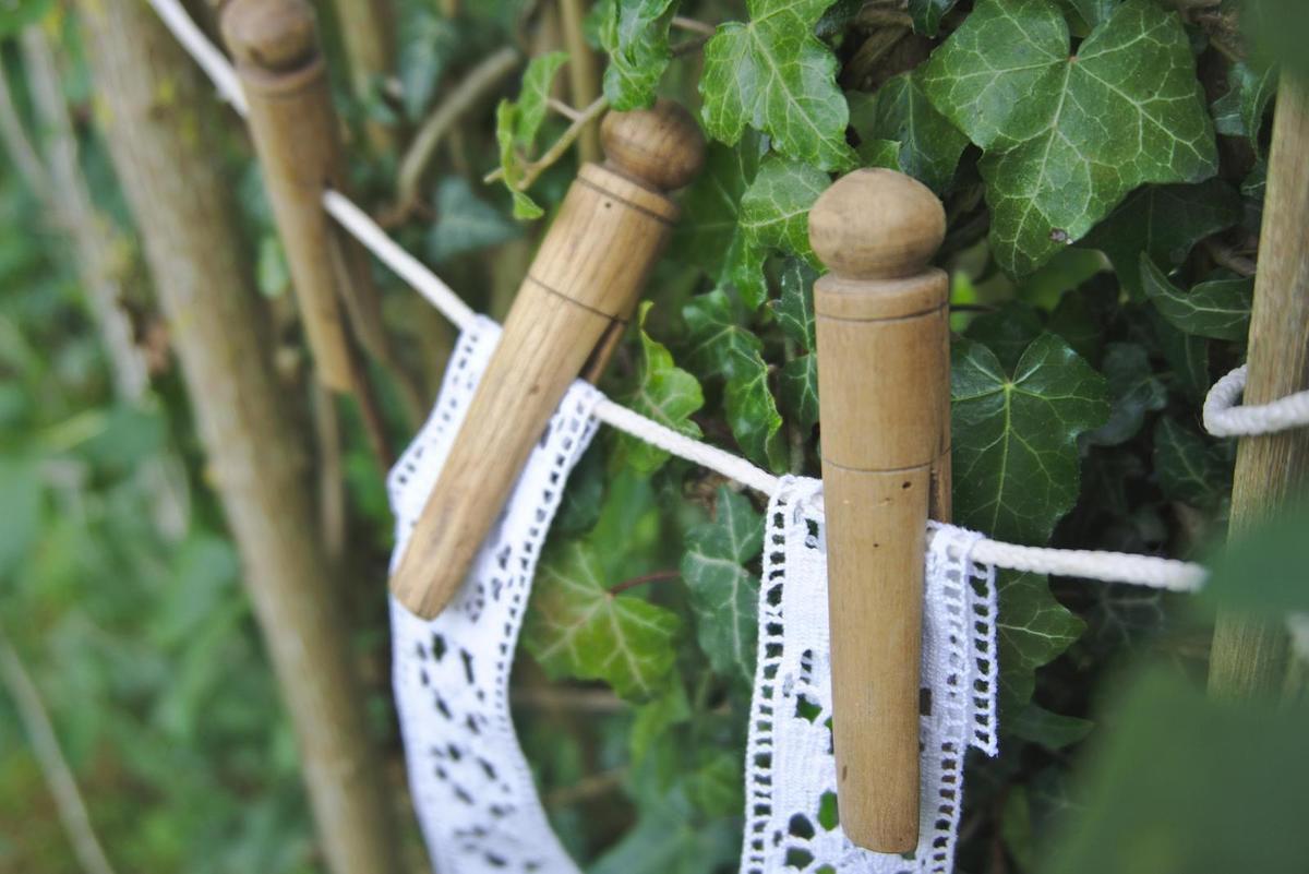 Anciennes pinces à linges en bois des années 1900