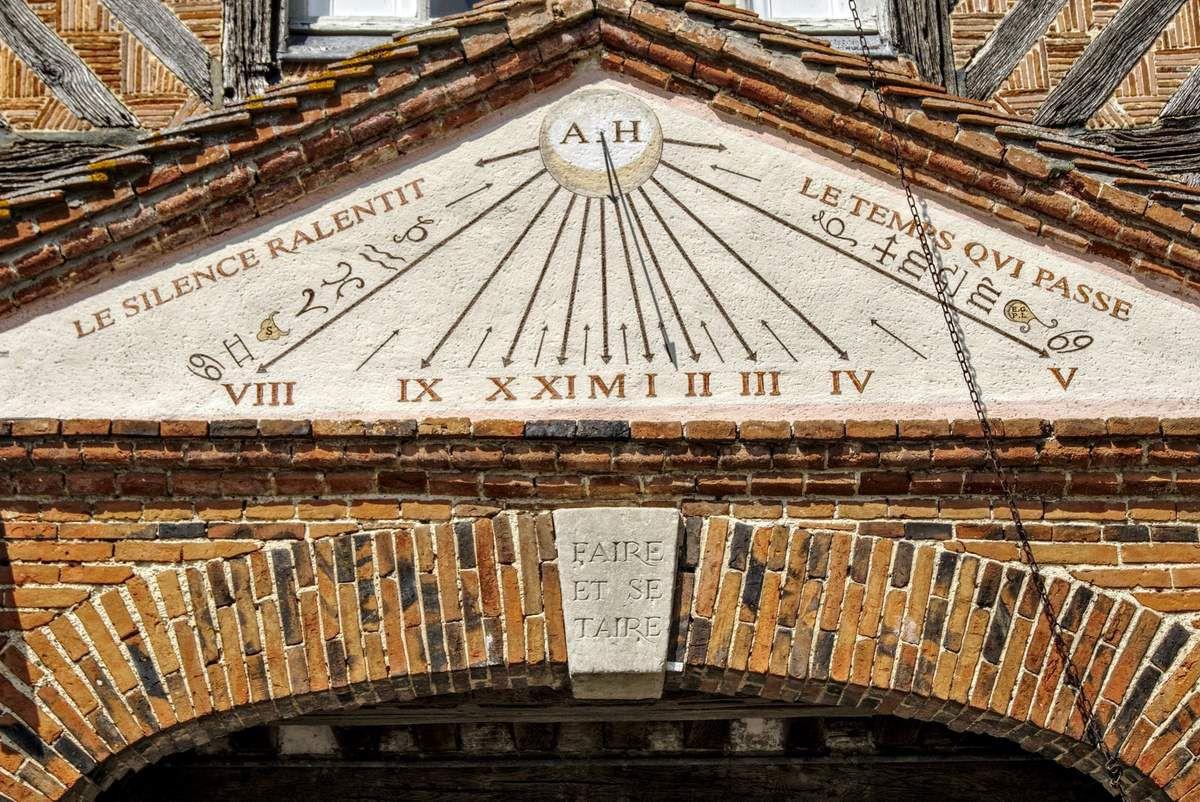 cadran solaire sur le château de Boutemont,  Ouilly le vicomte, calvados