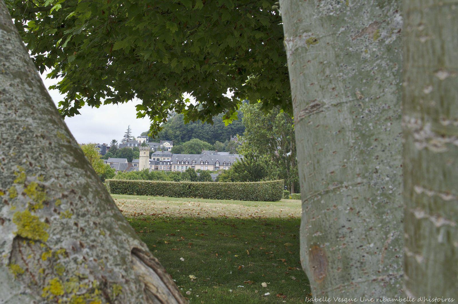 Phare et ancien hôpital d'Honfleur vus depuis le jardin des personnalités.