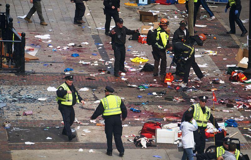 """(Policiers peu après l'attentat du marathon de 2013, photo de Aaron """"Tango"""" Tang from Cambridge, MA, 15/04/2013, www.flickr.com)"""