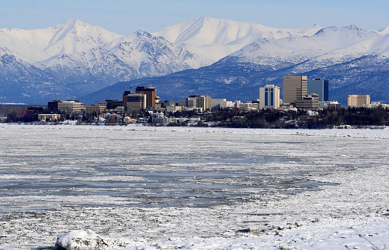 (Anchorage et les Chugach Mountains, photo de Frank K; from Anchorage, 06/04/2009, www.flickr.com,, wikipedia)