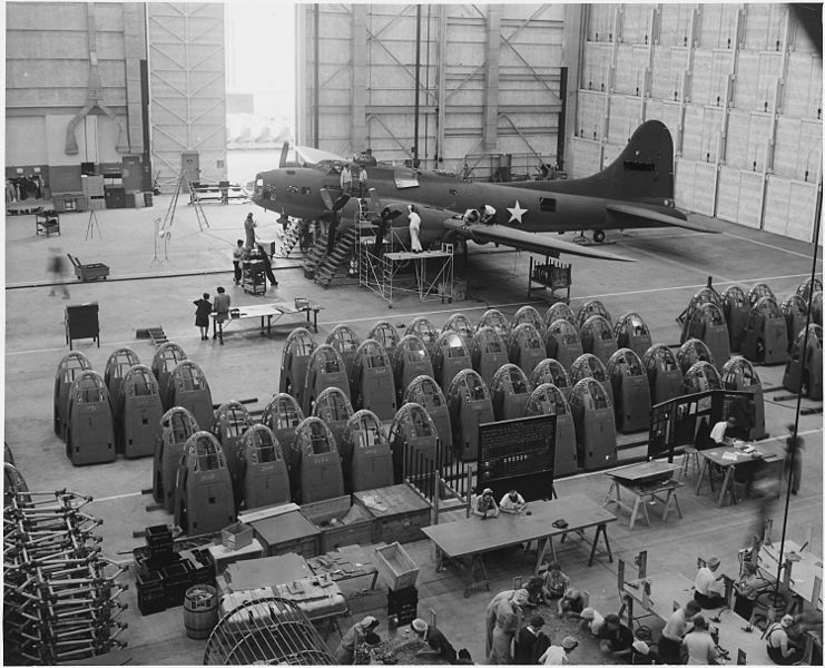 (Assemblage final d'un bombardier B-17 à Long Beach, 10/1942, photo de Alfred T. Palmer, National Archies & Record Administration, wikipedia)