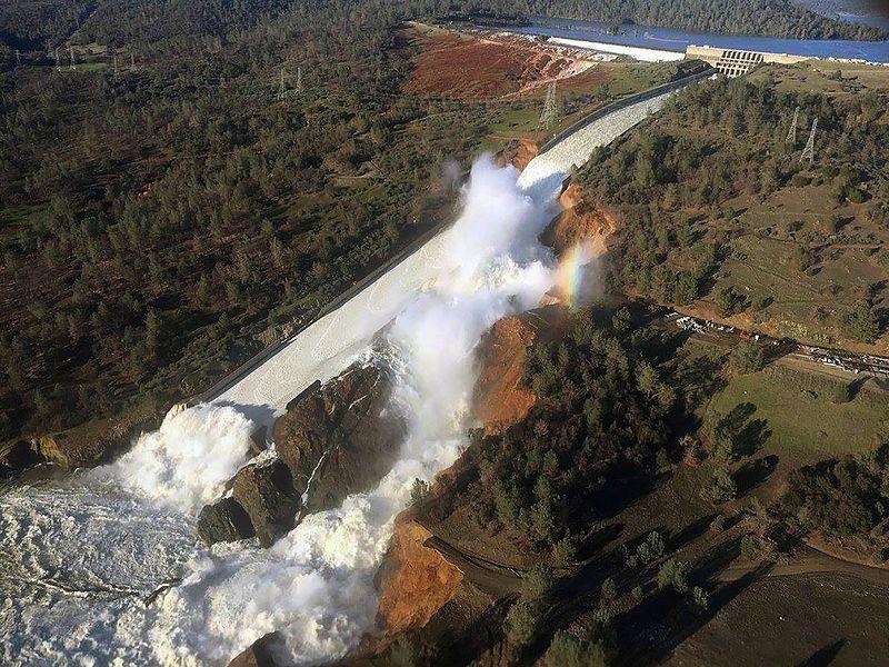 (Déversoir endommagé d'Oroville Dam, photo de William Croyle, California Department of Water Resources, 11/02/2017, wikipedia)