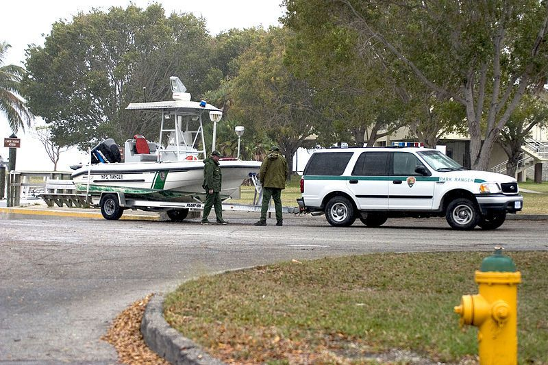 (Véhicule et bateau d'un Ranger du NPS aux Everglades, photo de Rodney Cammauf, www.flickr.com, wikipedia)
