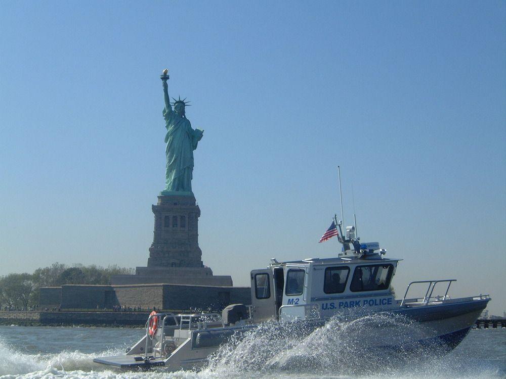 (Patrouille de l'US Park Police devant la Statue de la Liberté, photo www.nps.gov)