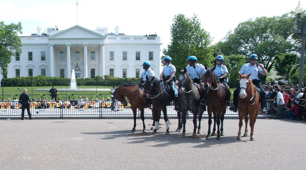 (Police montée devant la Maison Blanche, photo www.nps.gov)