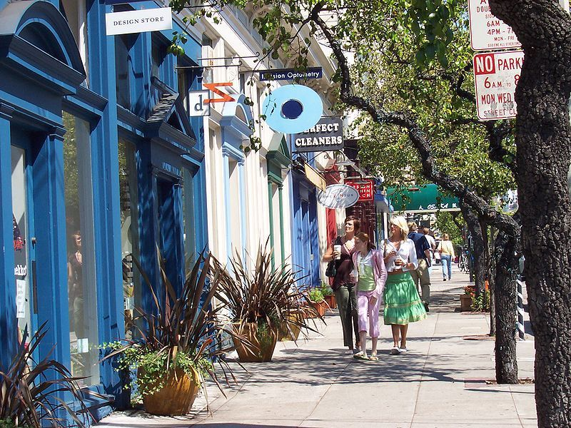 (Boutiques à Filmore Street, Pacific Heights, photo de Christopher Beland, 14/07/2005, wikipedia)