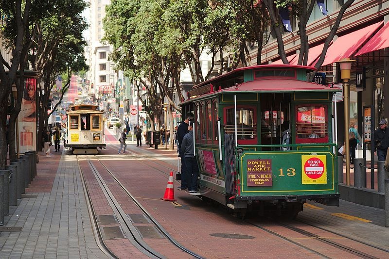 (Cable Cars de San Francisco sur Powell Street, photo de Dllu, 02/05/2016, wikipedia)
