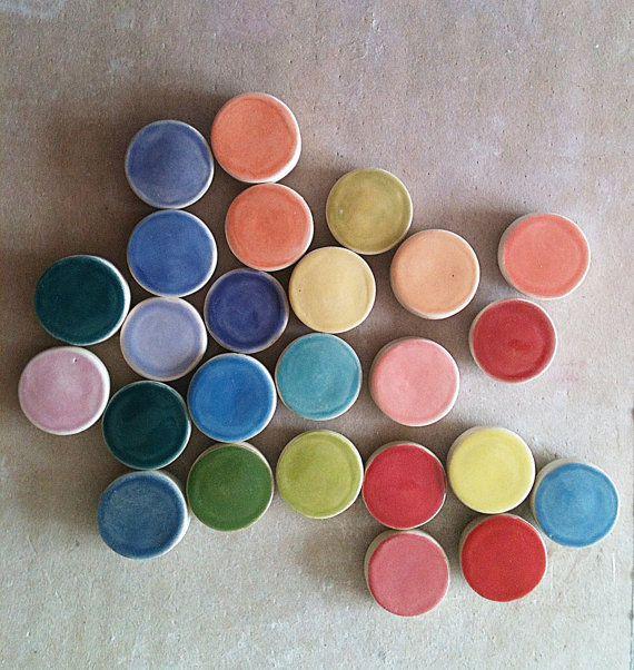 Une série de magnets aux couleurs pop.
