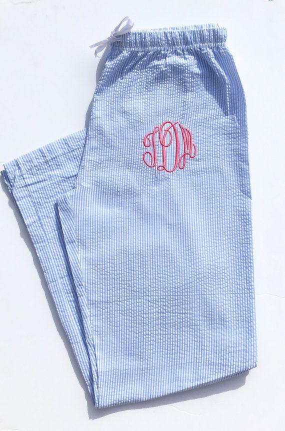 Pour traîner à la maison avec élégance. Bas de pyjama brodé à vos initiales.