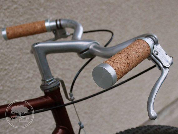 Poignées finition liége (ou cuir) pour customiser un banal vélo.