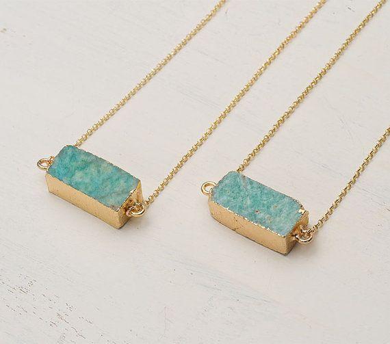 Finitions brutes et couleur lumineuse pour ce collier plaqué or.