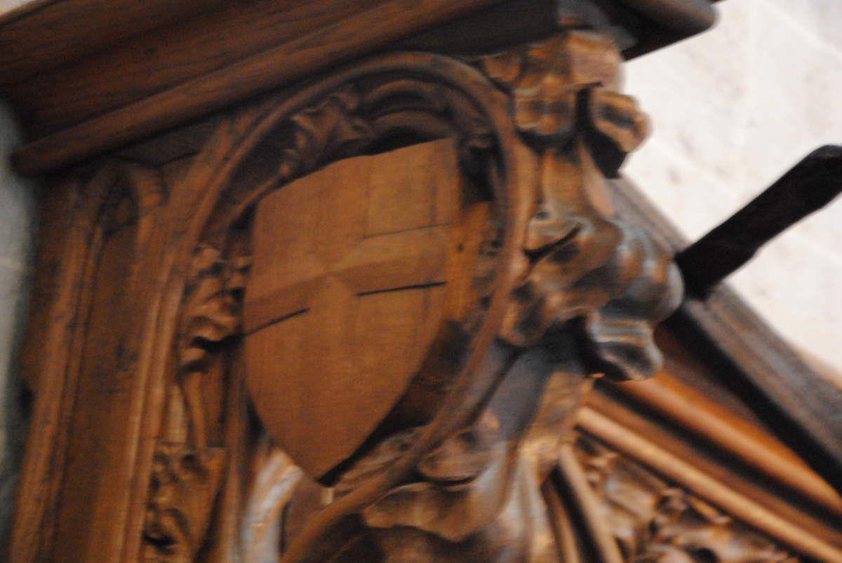 Stalles des Cordeliers de Lausanne avec le blason du comte de Savoie Amédée VI qui les avait financé (Photo E. Coux)