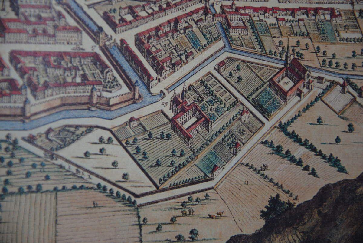 couvent des Ursulines de Chambéry (au milieu de l'image) voisin du couvent des Franciscains de l'Observance (à droite). Theatrum sabaudiae (Photo E. Coux)