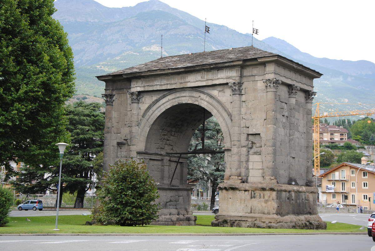 """En 1318, l'arc romain avait été transformé en château (bâtie). La famille qui en avait été inféodée a pris le nom de 'l'archet"""" (Photo E. Coux)"""