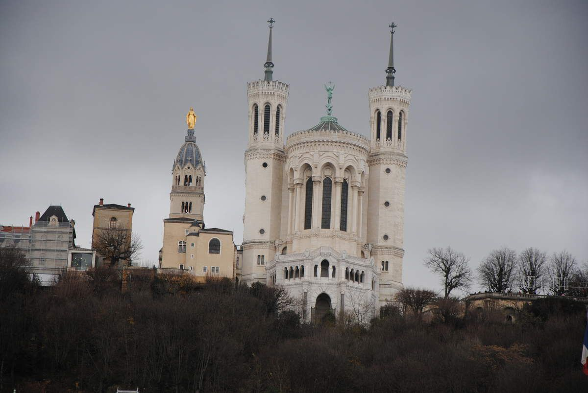 La basilque de Fourvière construite en 1870 et juste à gauche, l'ancienne église-collégiale de Fourvière du moyen-âge (photo E. Coux)