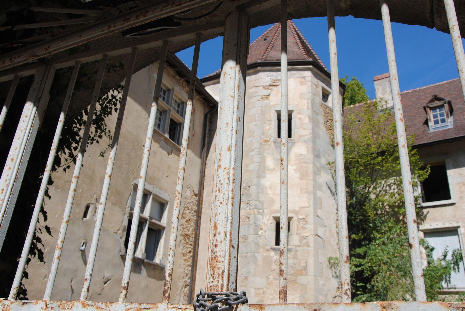 Vue de la cour du Palais abbatial et de la tour d'escalier(photo E. Coux)