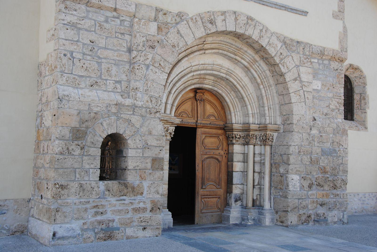 Le style roman semble apparaître suite à la réforme grégorienne (ici portail de l'ancien prieuré de la Chambre ; prieuré de Saint Michel de la cluse). Ph. Emmanuel Coux