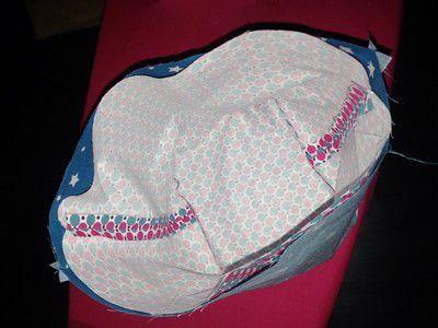 Superposer endroit contre endroit , les deux parties du panier en tissu !
