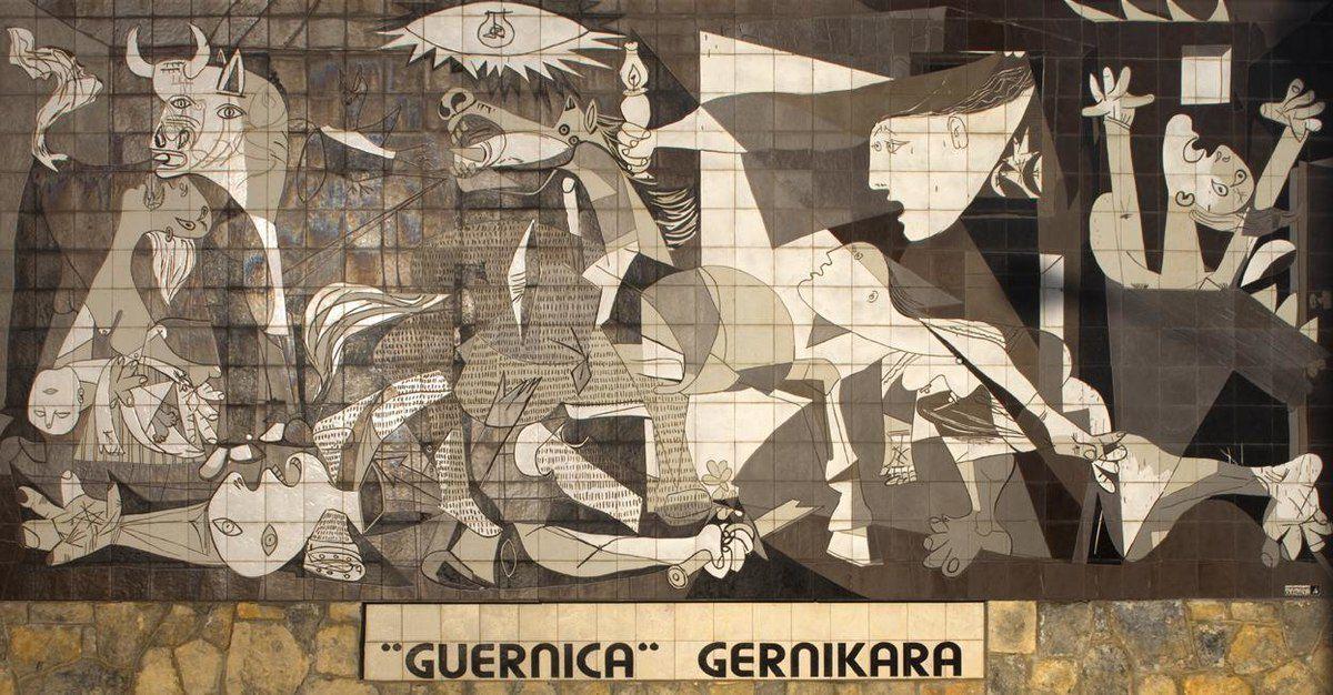 Une copie du tableau de Picasso sur un mur de la ville de Guernica