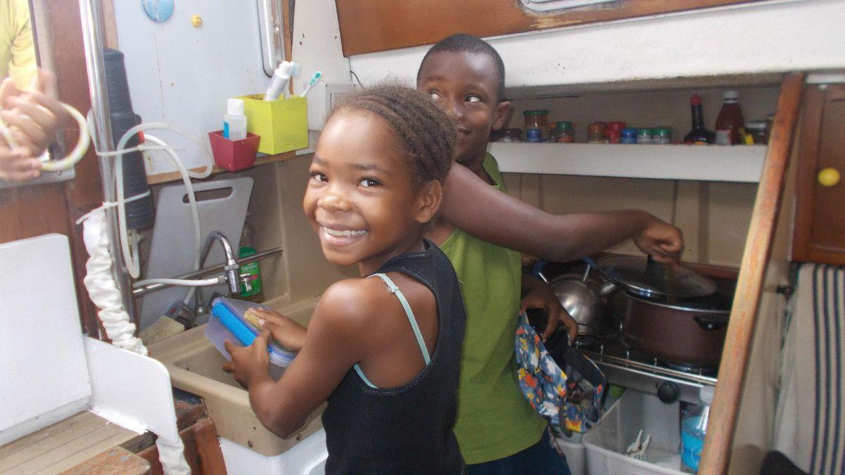Sélyjah fait la vaisselle et Nicolas fait la cuisine!