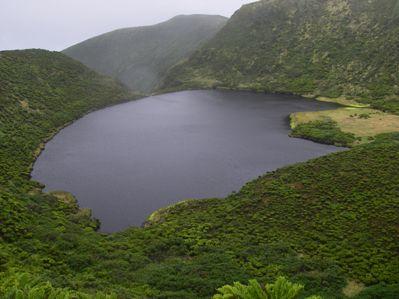Il y a un lac dans le cratère du volcan.