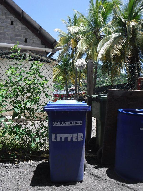 Alicia et le recyclage du verre à Bequia