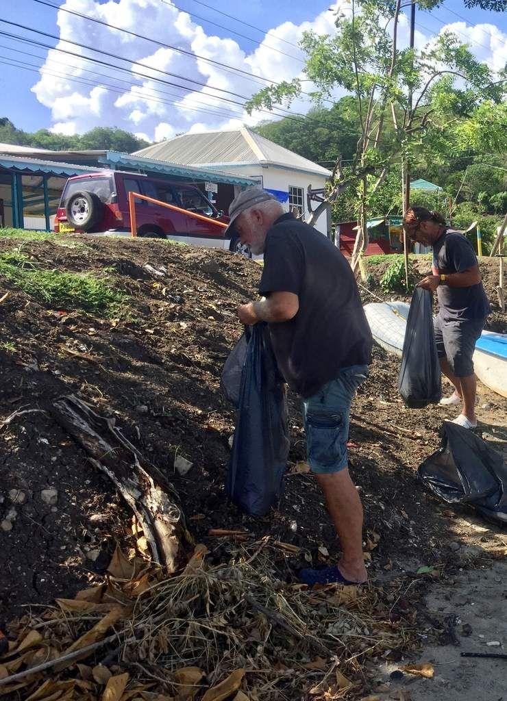 Manu et ses copains nettoient la plage de Carriacou